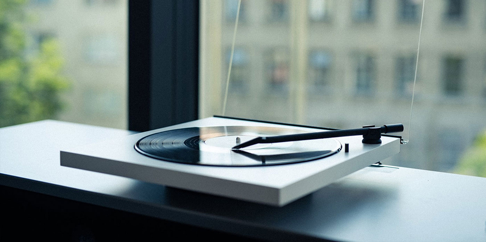 TONE Factory minimalist turntable with Bluetooth